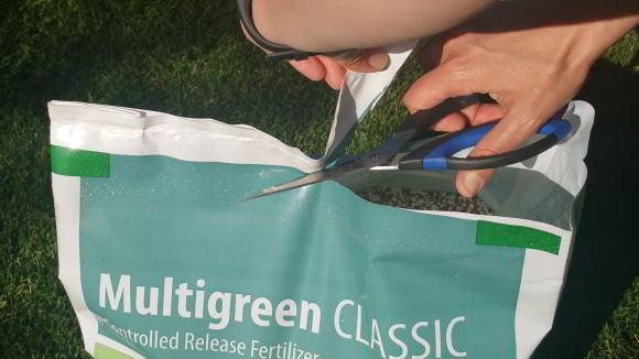 Rasendünger richtig lagern und öffnen. Es sollte eine möglichst glatte und gerade Schnittkante entstehen.