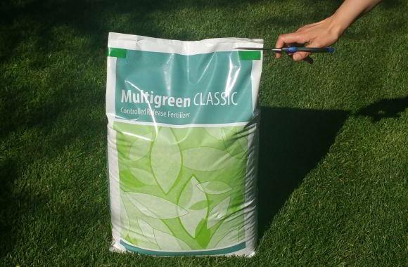 Rasendünger Sack aufschneiden