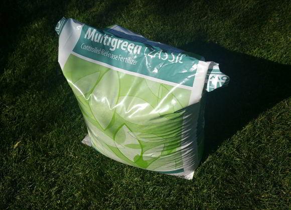 Rasenlangzeitdünger lagern - Sack stramm zusammen rollen